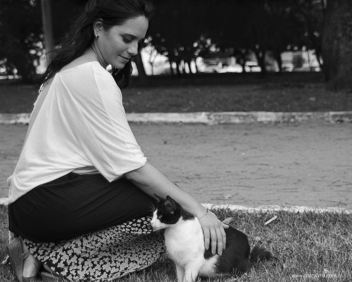 gravida encontra um gatinho e faz carinho nele