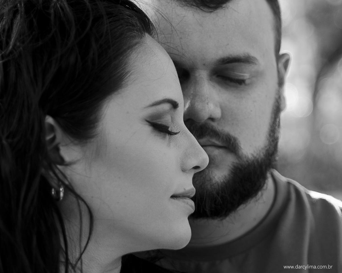 casal fotografados de perfil com os olhos felhado