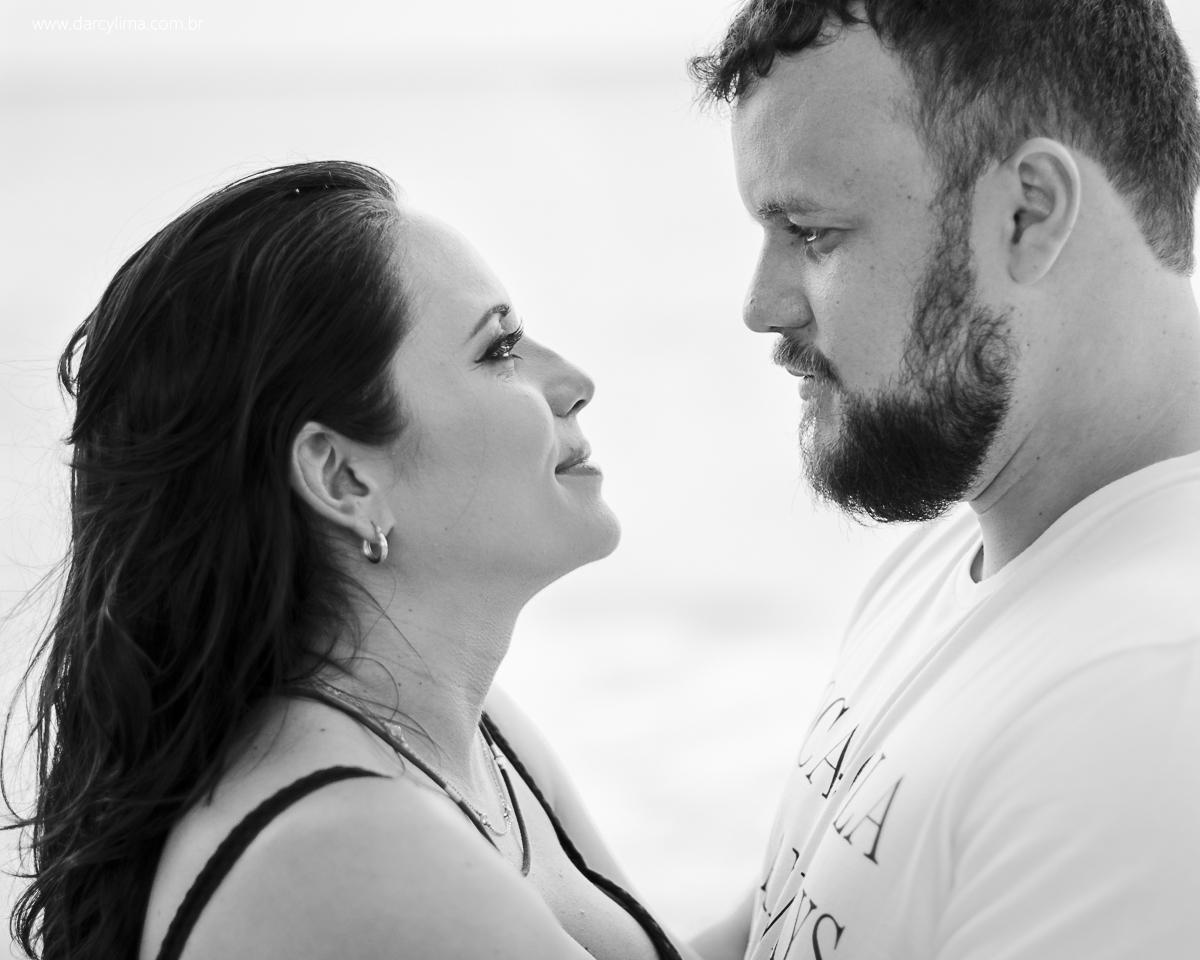 lindo retrato em preto e branco onde mostra o casal se olhando fixamente