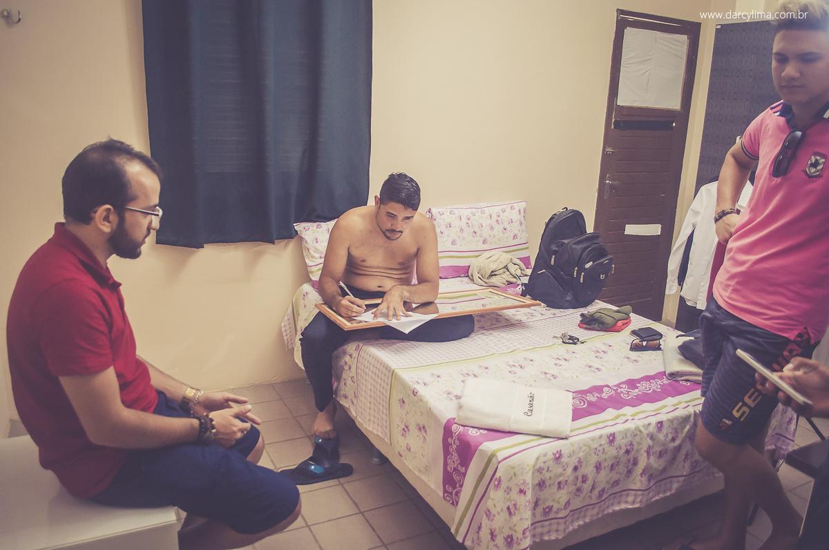 irmãos no quarto no making of do noivo