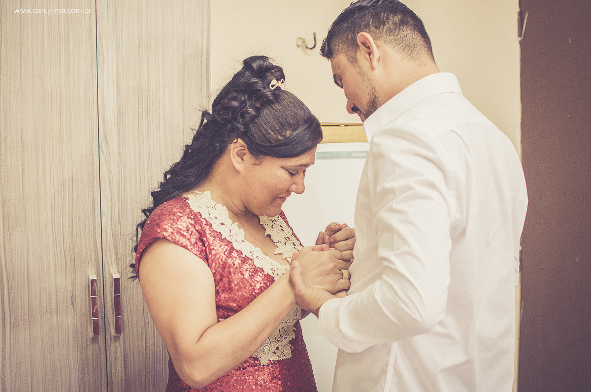 momento de oração entre o noivo e sua mae