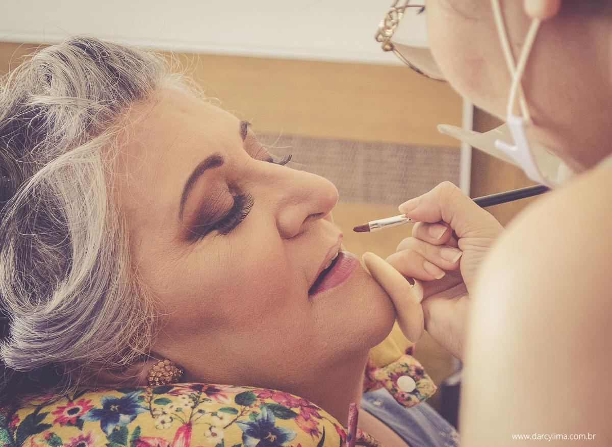 mae da noiva sendo maquiada