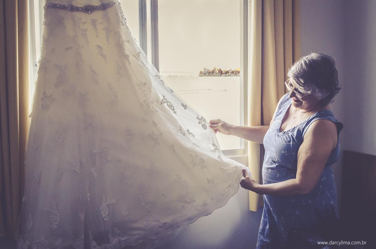 mae da noiva admirando o vestido da noiva