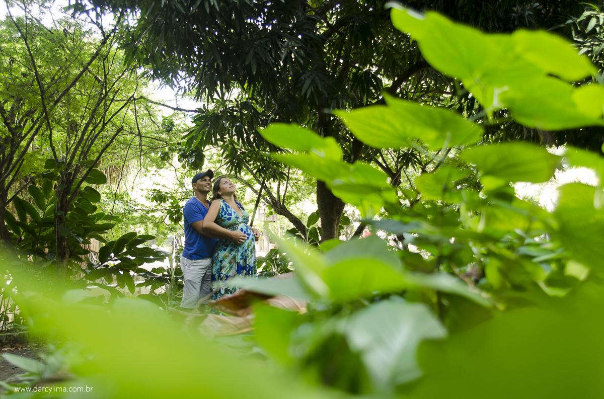casal sendo fotografado atraves das plantas