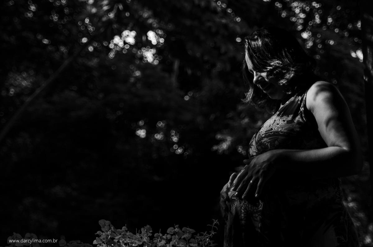 fotografia em preto e branco de gestante
