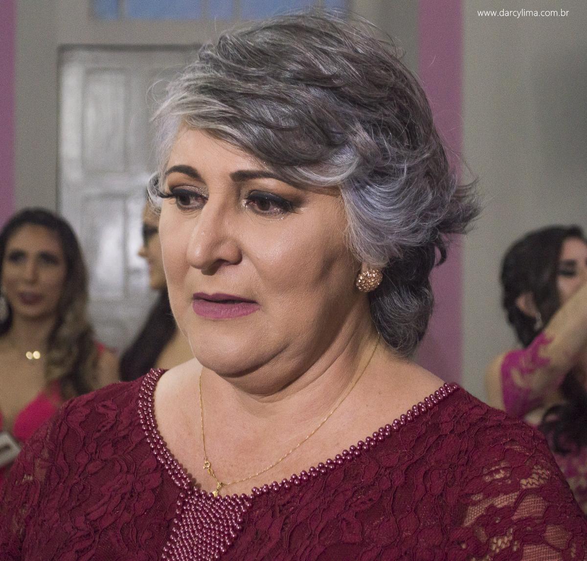 mae da noiva se emociona ao ver a filha entrando na igreja