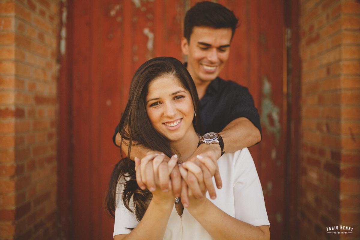 noiva segurando na ,mão do noivo