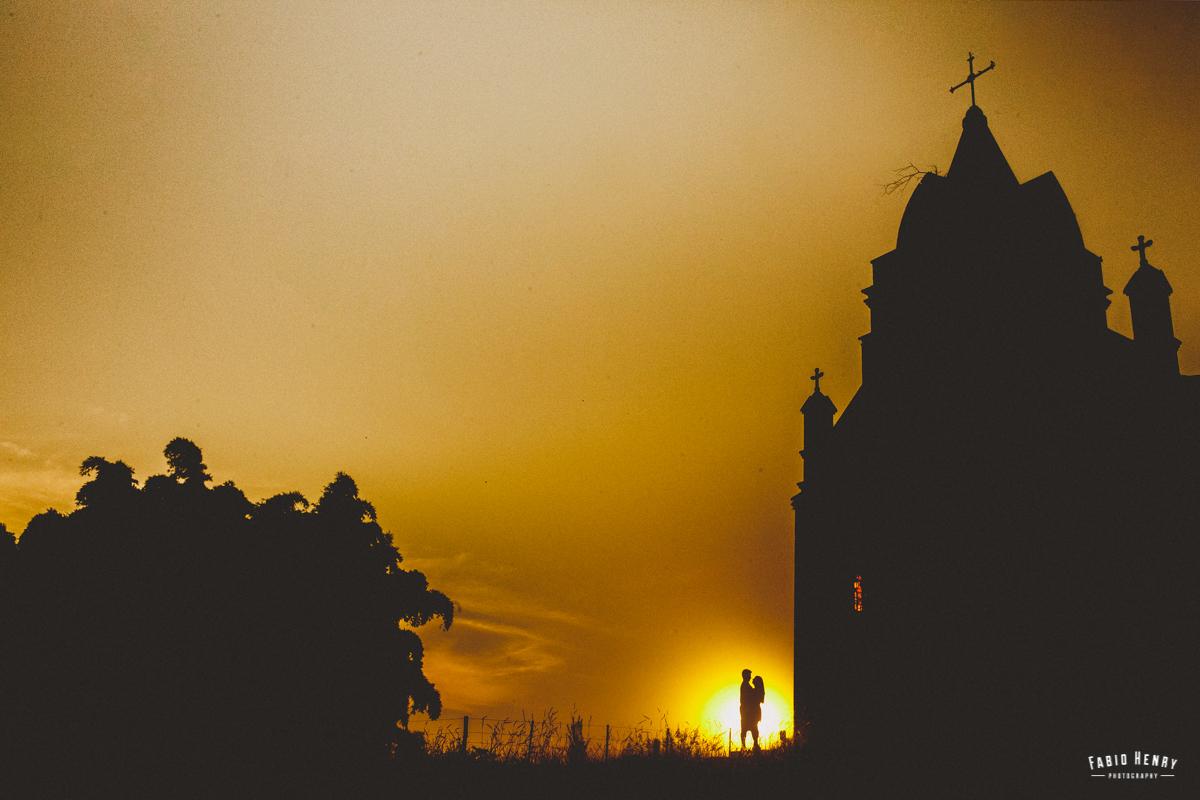 por do sol na frente da igreja