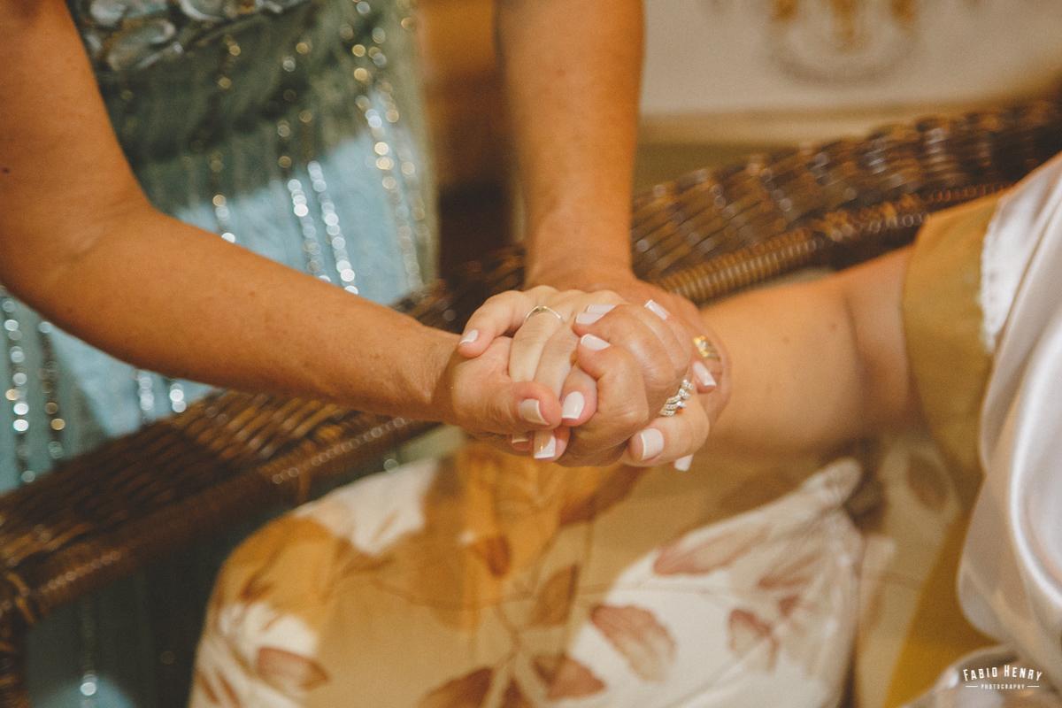 mãe segurando a mão da noiva