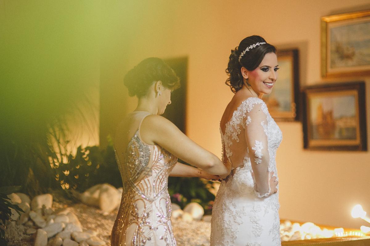 irmã arrumando a noiva
