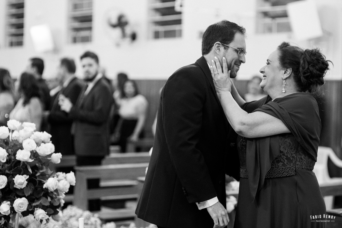 mãe e noivo se emociona na entrada