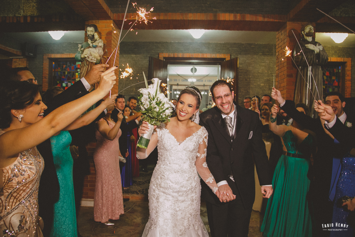 alegria na saida dos noivos