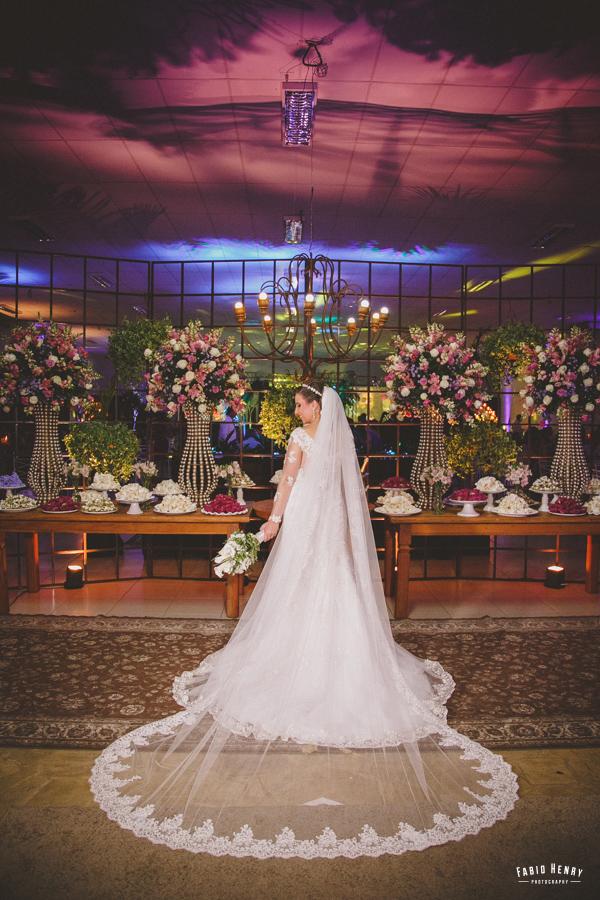 retrato da noiva na mesa do bolo