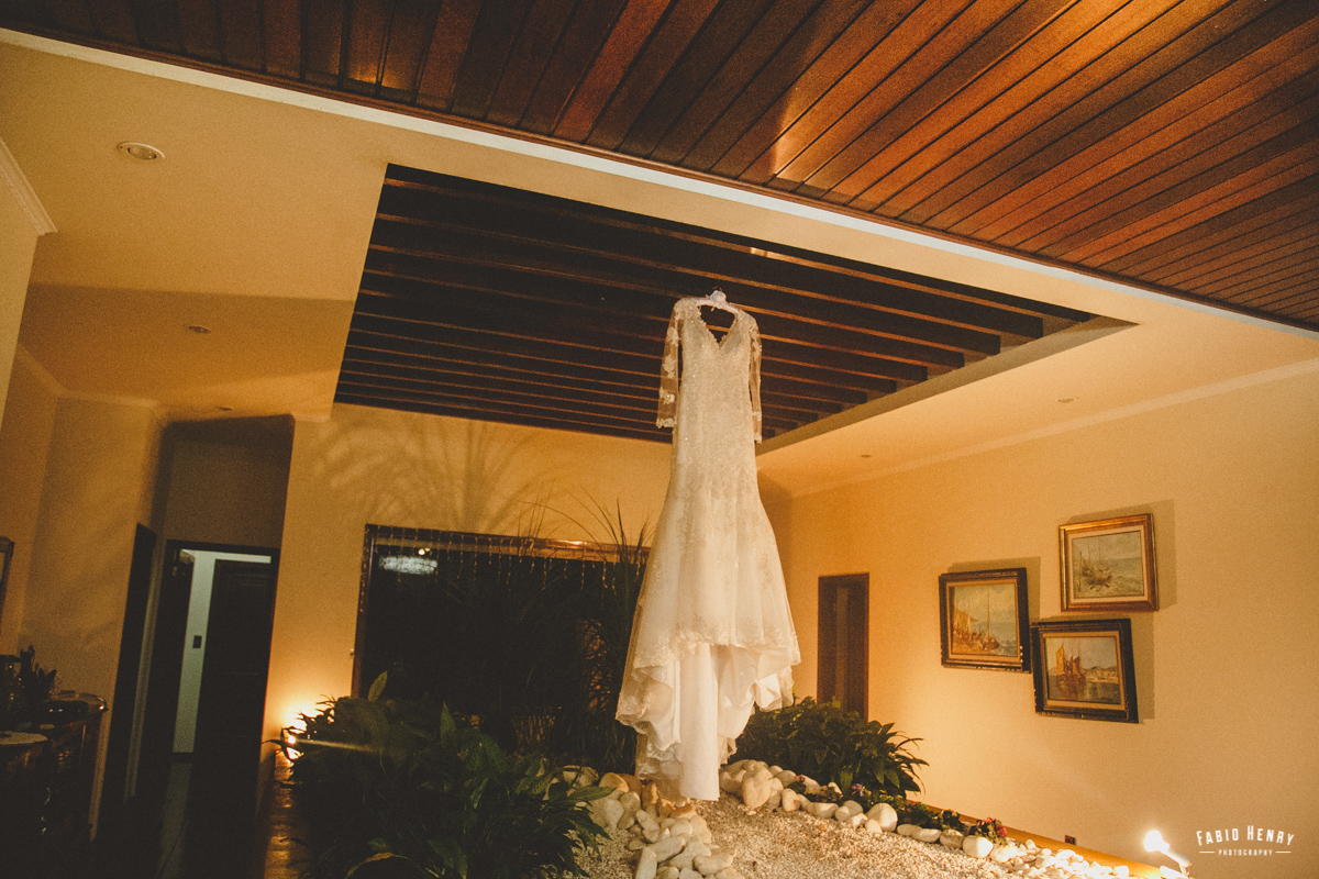 vestido da noiva pendurado na sala