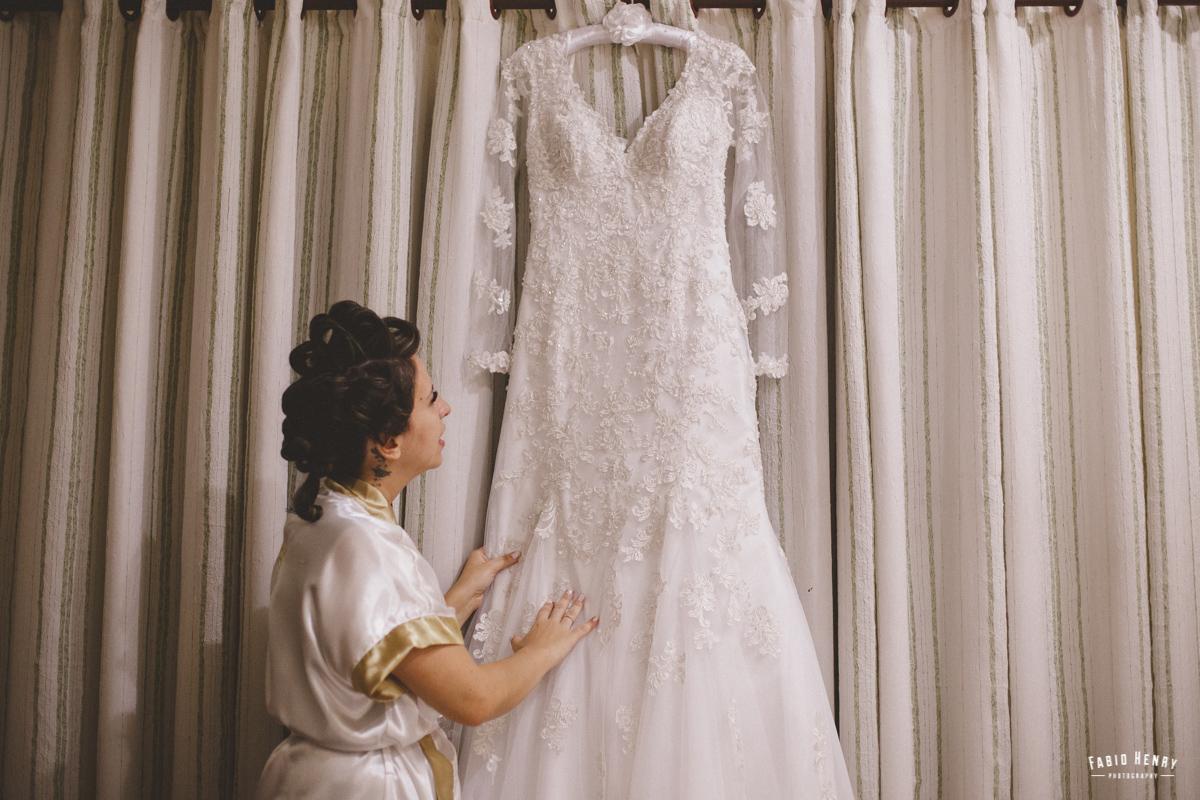 noiva olhando o vestido