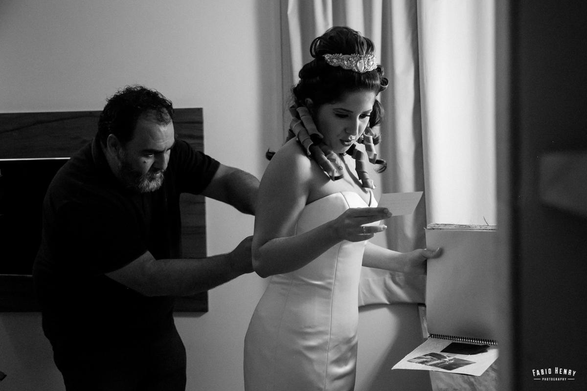 noiva se arrumando e lendo bilhete que o noivo deixou