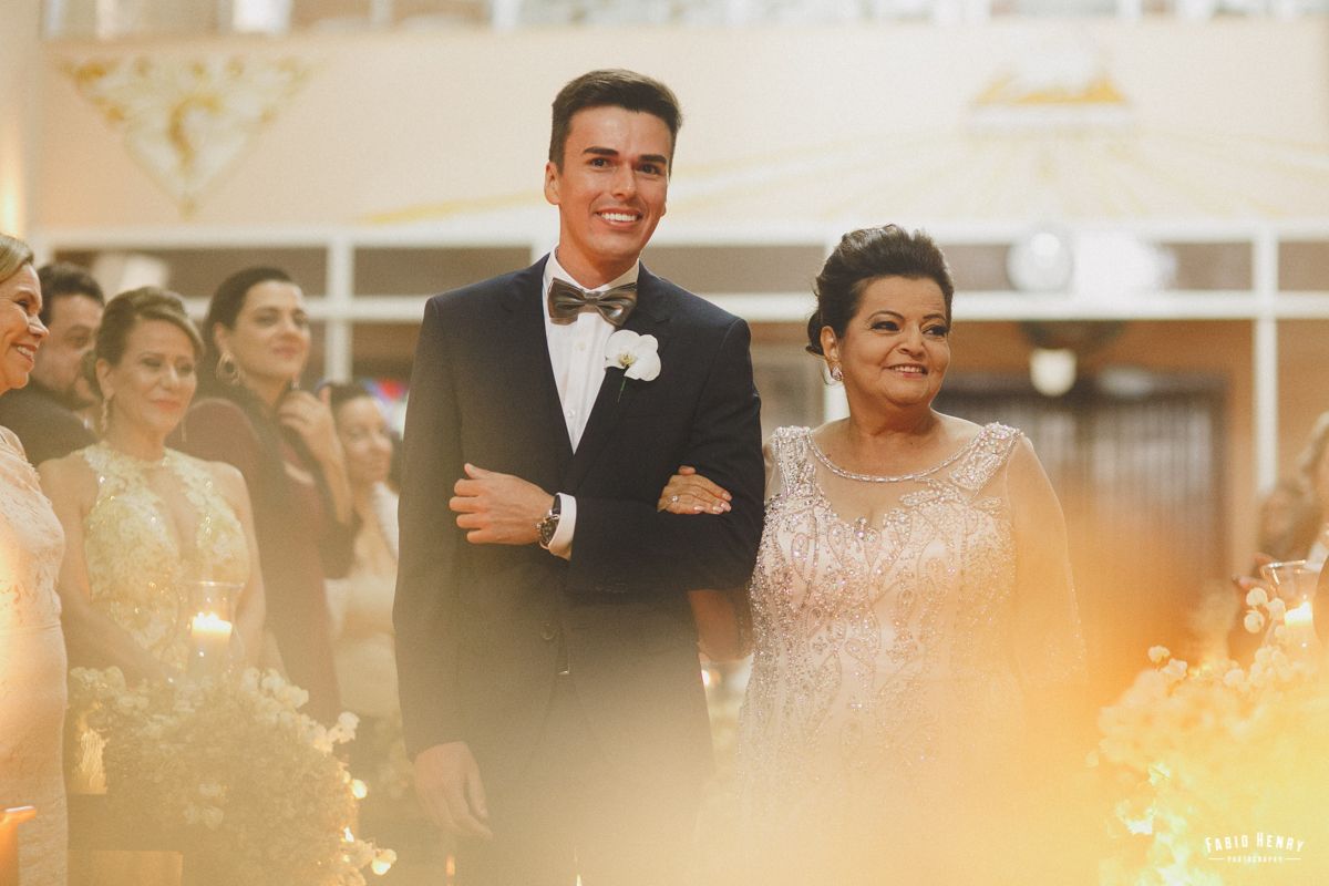 noivo entrando com sua mãe