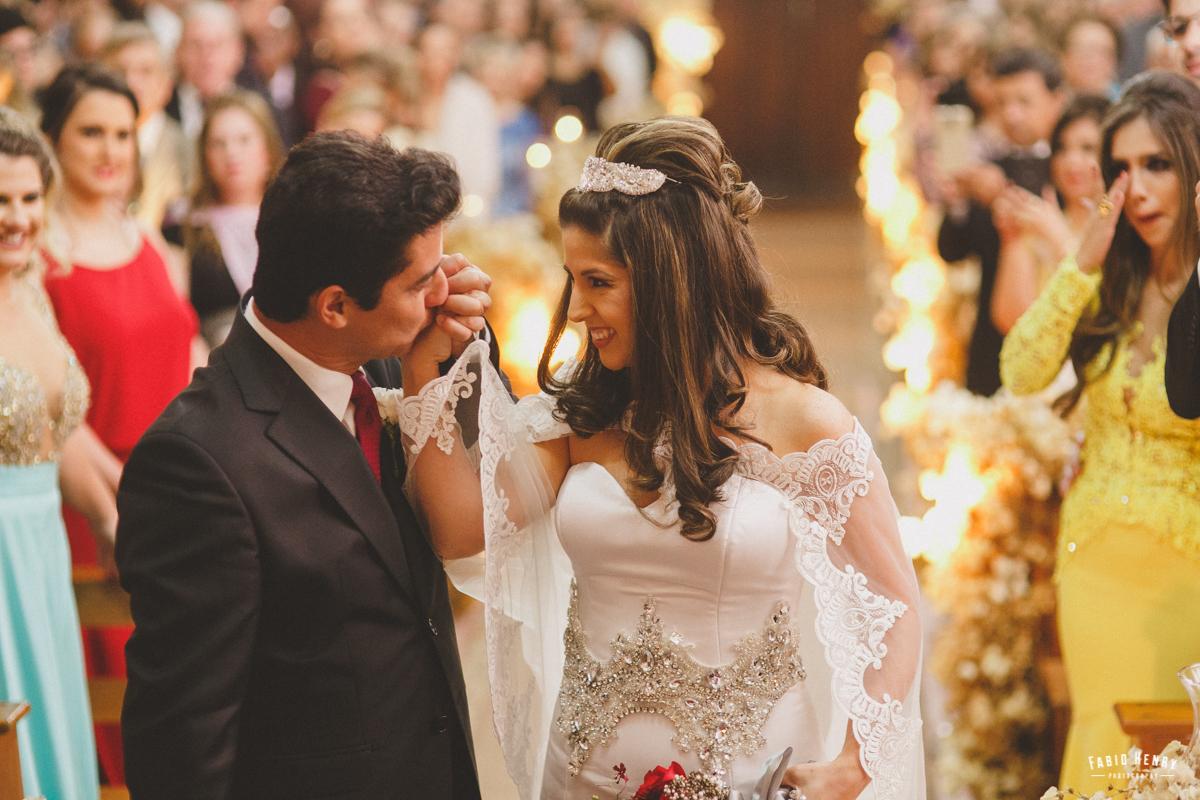 pai se emociona na entrada da noiva