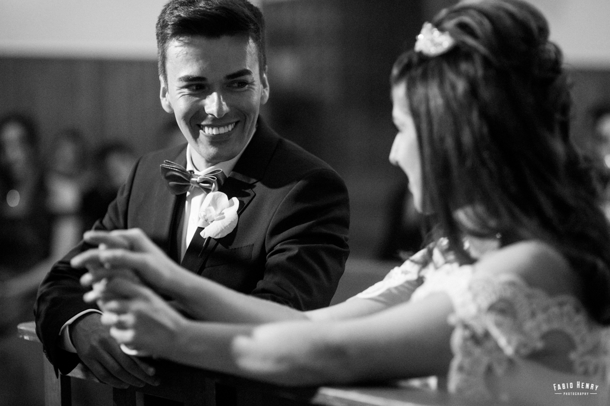 noivo olhando apaixonado para a noiva