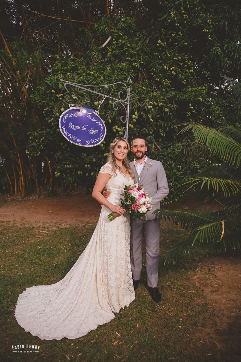 foto dos noivos debaixo da mangueira