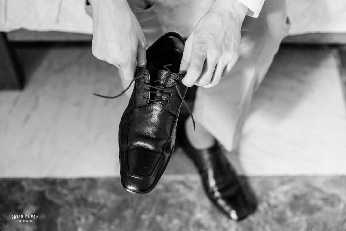 noivo colocando o sapato