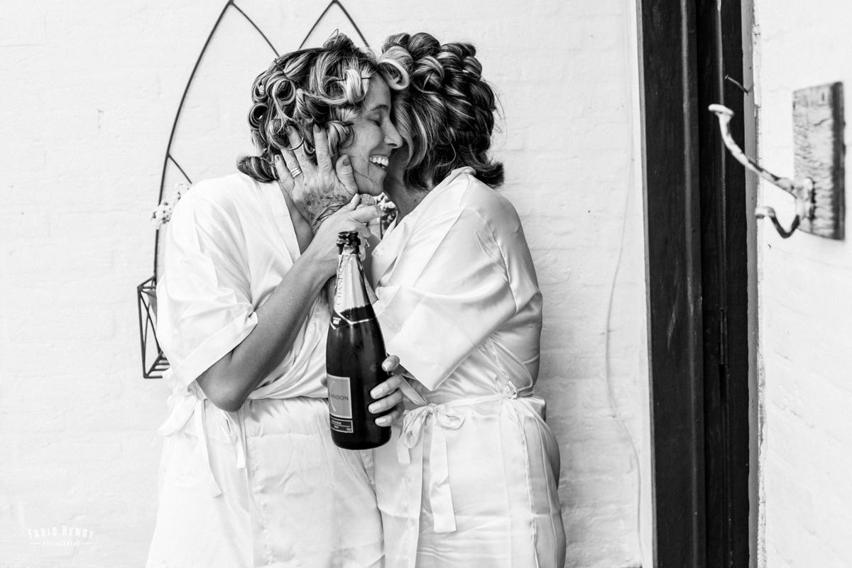 mãe e noiva brindando