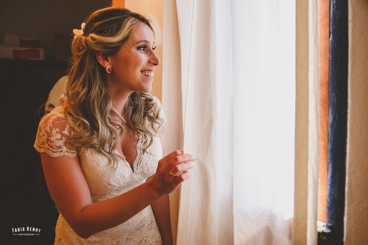 noiva espiando o casamento