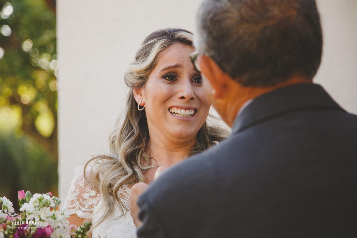 noiva olhando para seu pai pela primeira vez no casamento
