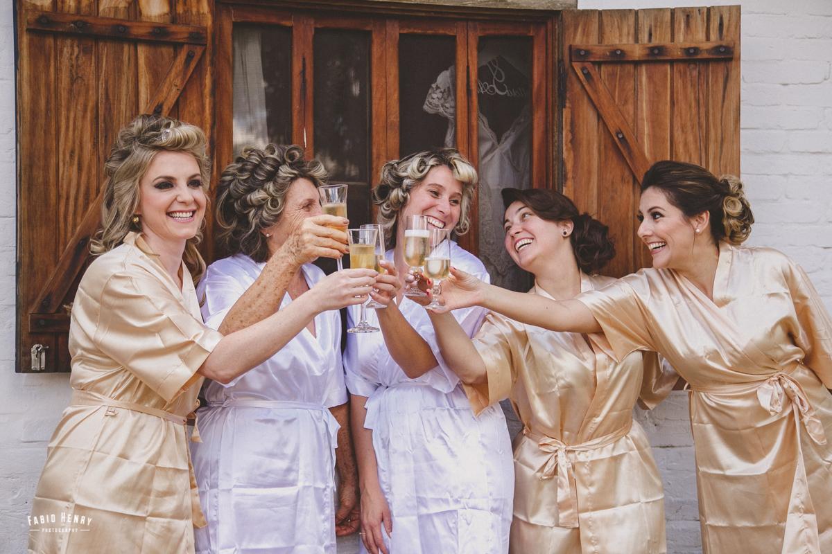 noiva e suas amigas fazendo brinde