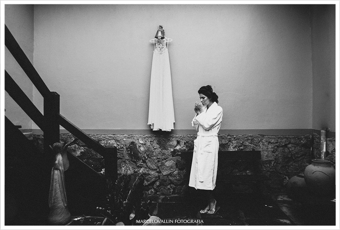 Foto da Noiva ao lado do vestido