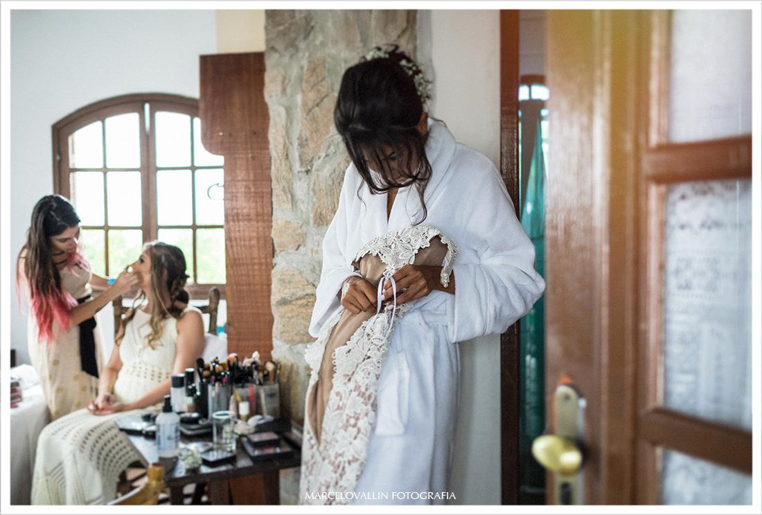 Foto a noiva segurando o vestido de noiva