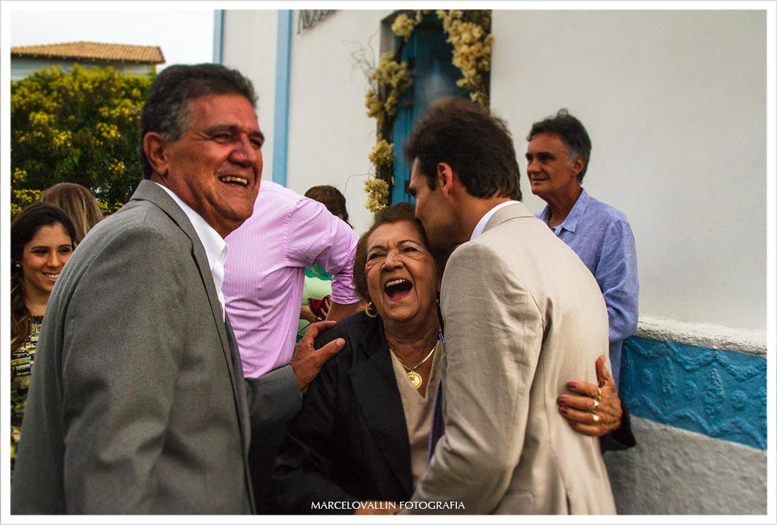 Foto do noivo beijando a vó na porta da igreja