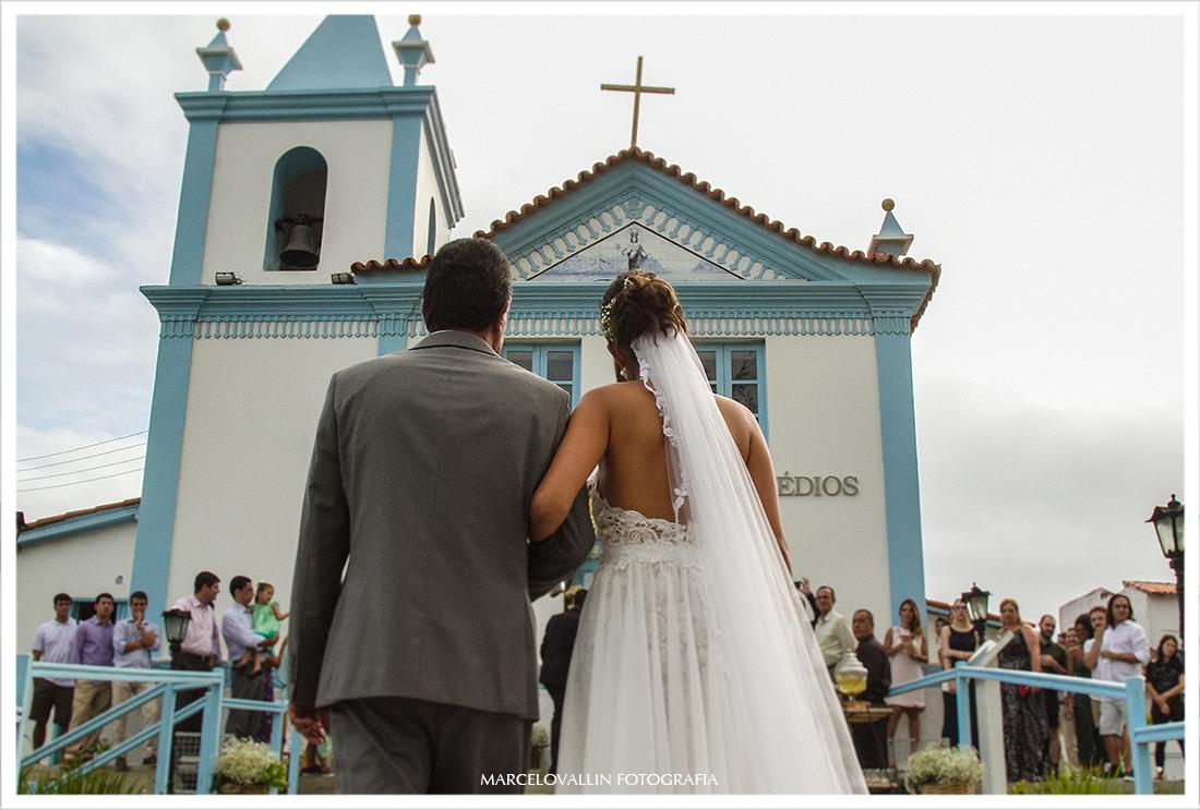 Foto da noiva entrando na Igreja Nossa Senhora dos Remédios