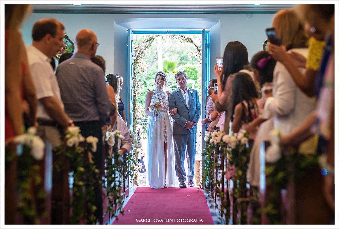 Noiva entrando na Igreja em Arraial do Cabo