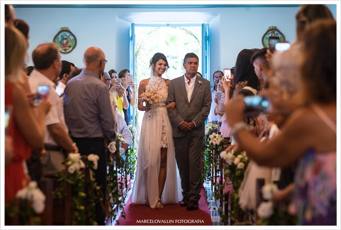 Foto da noiva entrando na Igreja com seu pai em Arraial do cabo
