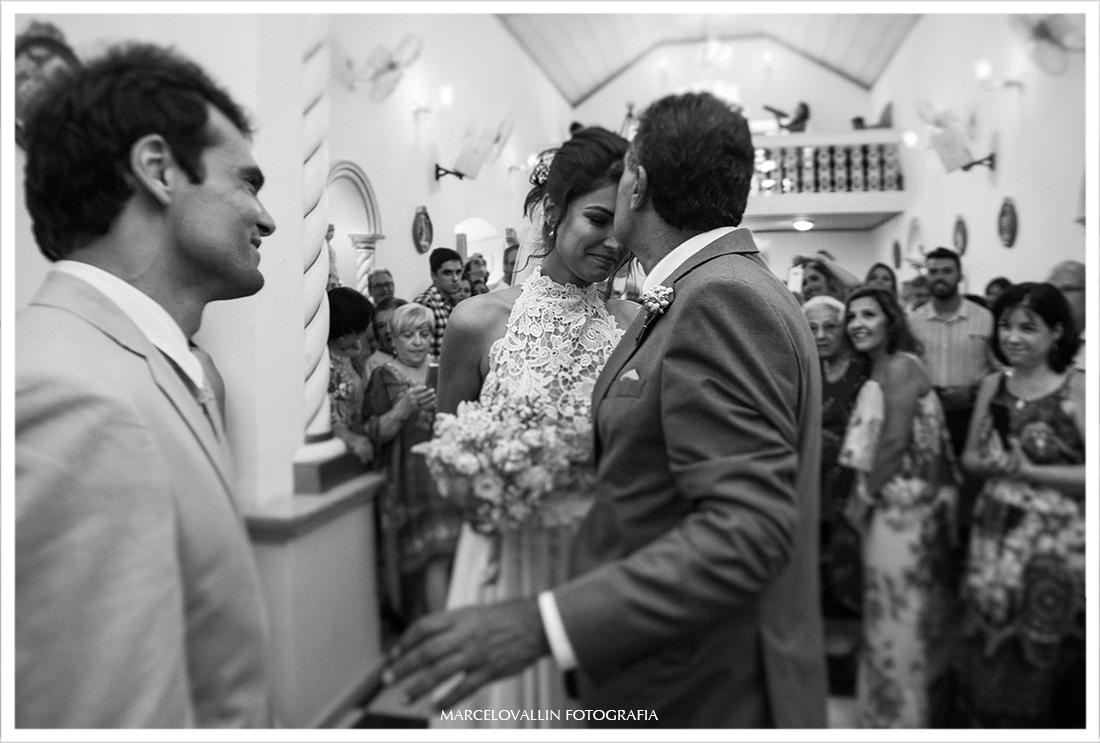 Noiva recebendo um beijo na testa do pai na Igreja em Arraial do cabo