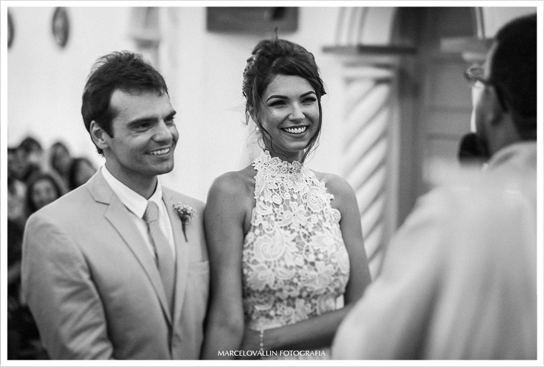 Casamento na praia, noiva sorrindo na cerimonia de casamento
