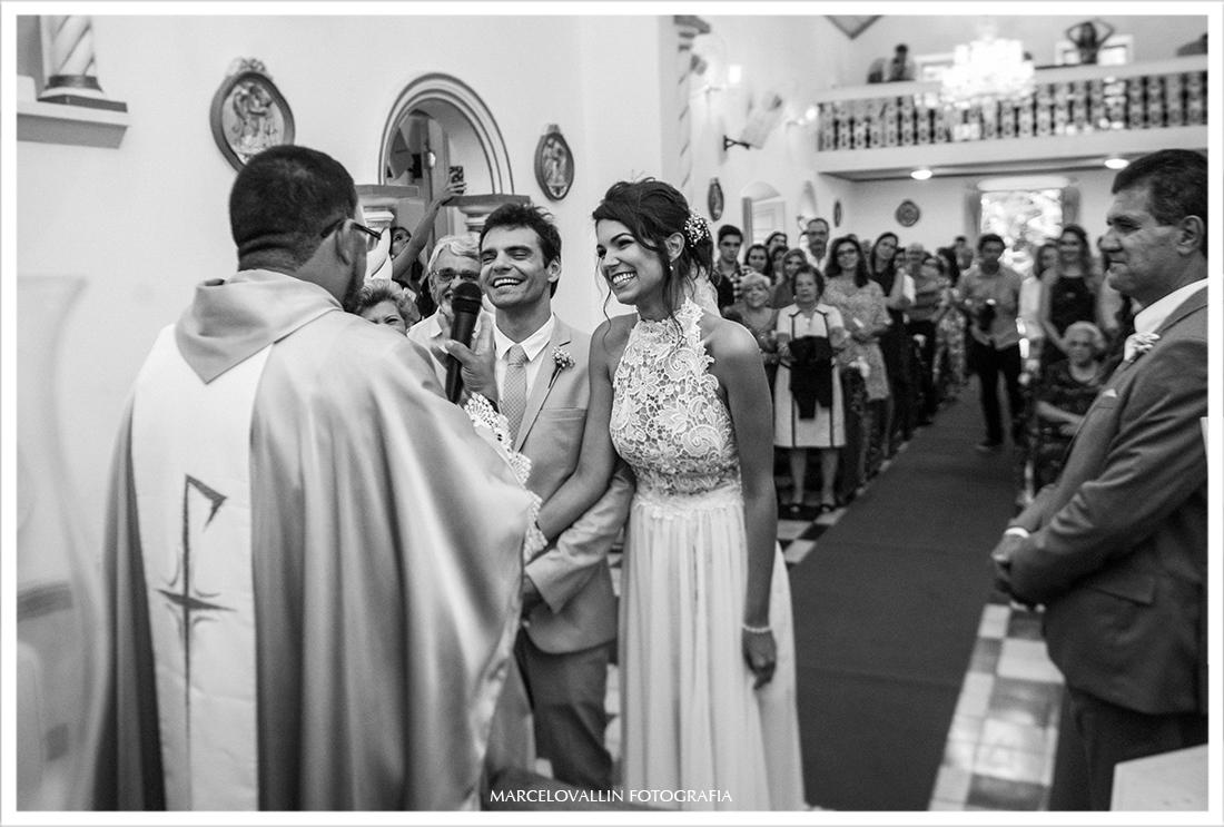 Noivos sorrindo na cerimonia de casamento