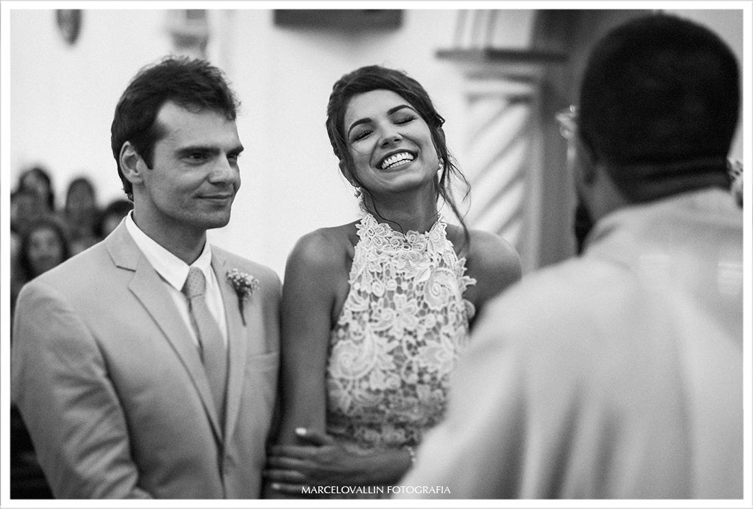 Noiva sorrindo na cerimonia de casamento em Arraial do Cabo