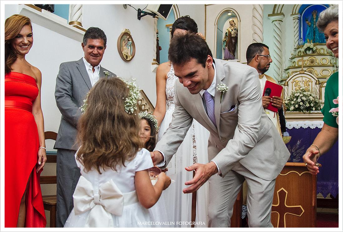 Noivo recebendo as alianças na igreja em Arraial do Cabo