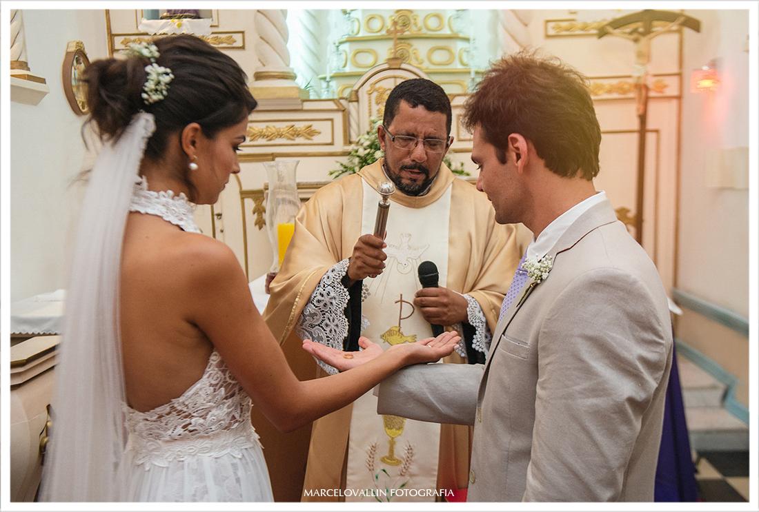 Padre abençoando as alianças de casamento