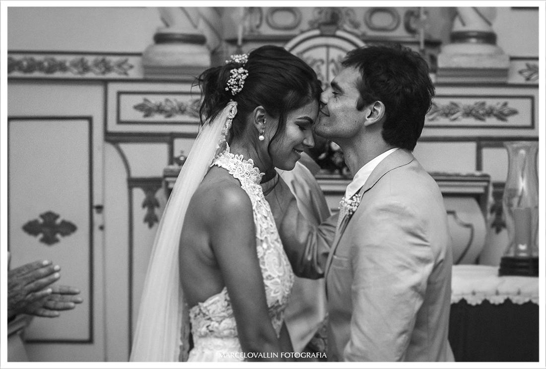 Noivo beijando a testa da noiva na cerimonia de casamento