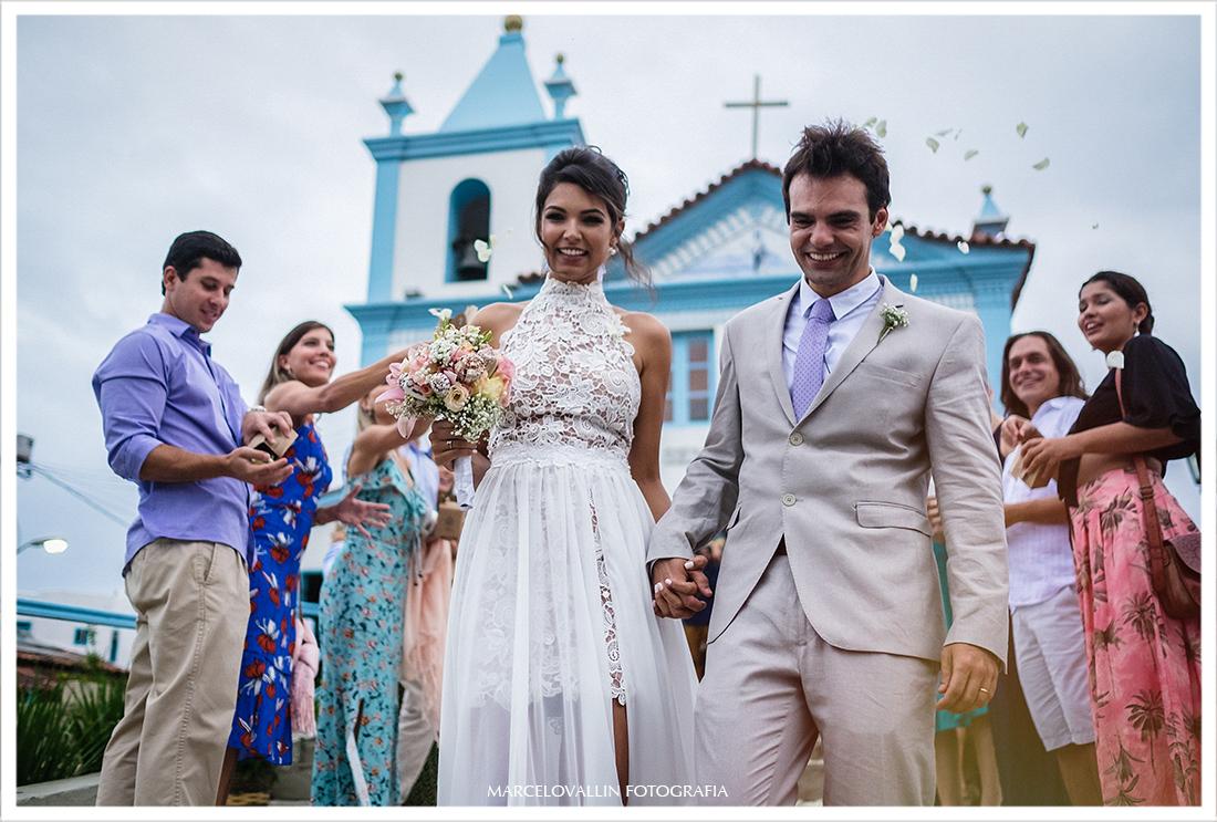 Saída dos noivos na Igreja Nossa senhora dos Remédios em Arraial do Cabo