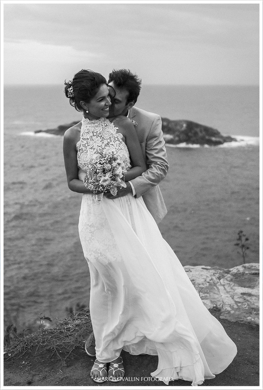 Foto de ensaio fotográfico pós casamento no mirante do por do sol de Arraial do cabo