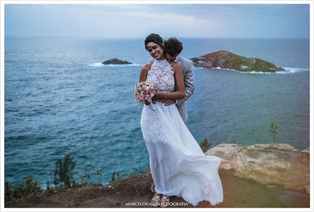 Fotos de noivos no Mirante em Arraial do Cabo