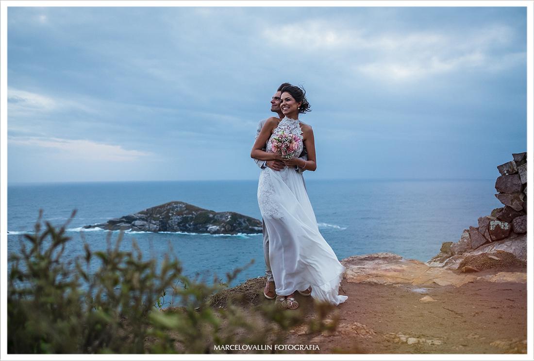 Foto dos noivos sorrindo em ensaio fotográfico pós casamento