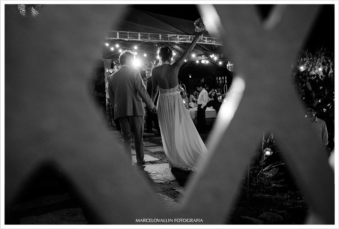 Foto dos noivos na entrada da festa de casamento