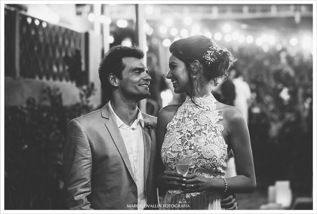 Noivos sorrindo em festa de casamento - Arraial do Cabo