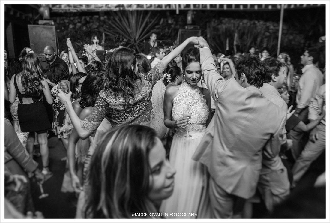 Noivos dançando em festa de casamento Arraial do cabo
