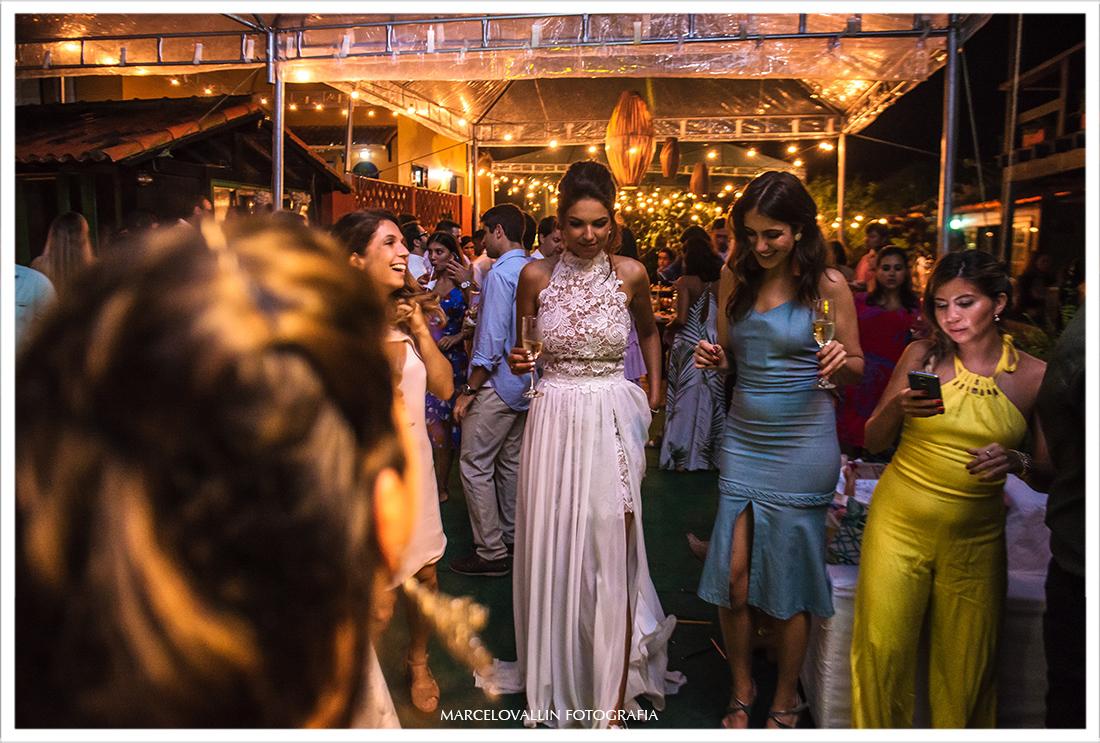 Noiva dançando na festa em Arraial do Cabo